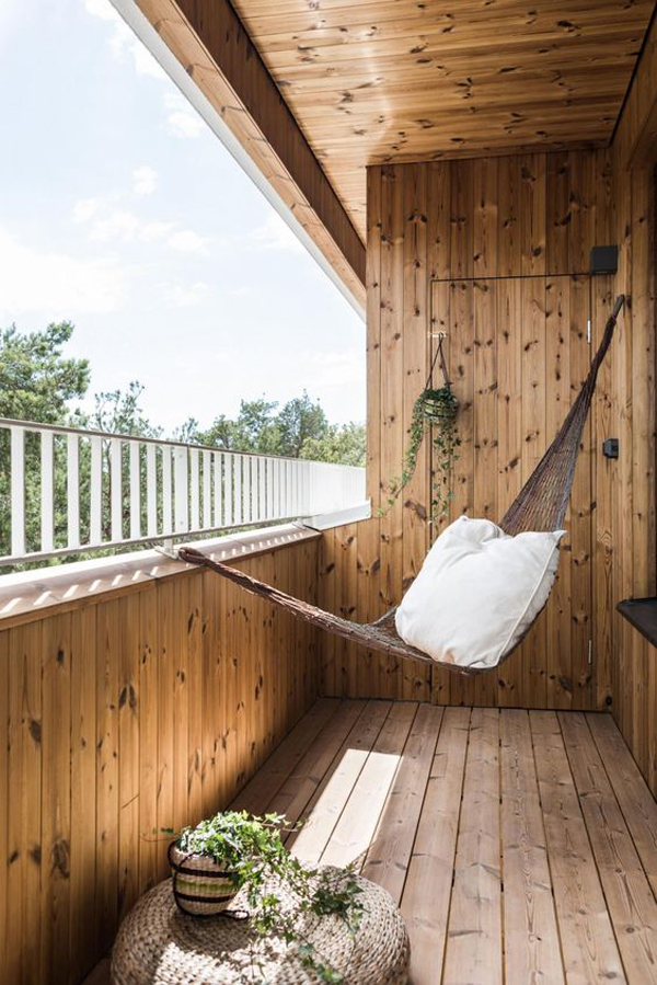 balkon-kayu-dengan-ide-tempat-tidur-gantung