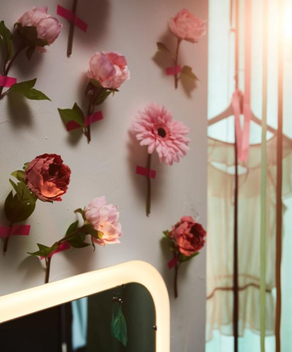 dekorasi-valentine-dengan-bunga-tempelan-dinding