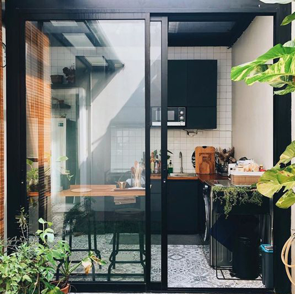 dapur terbuka menggunakan pintu kaca geser