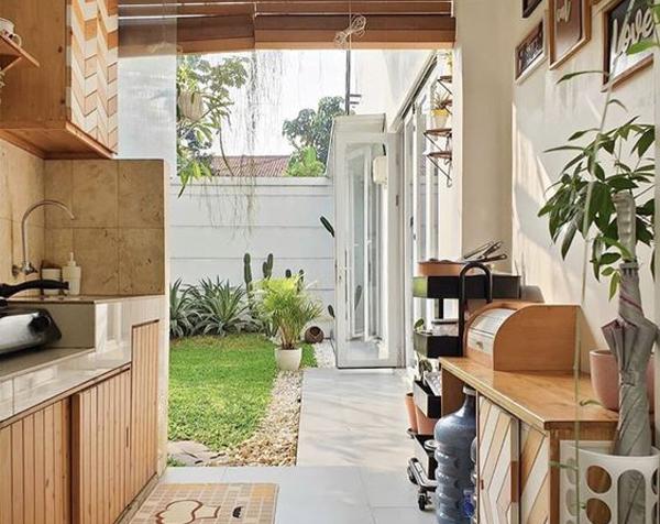 dapur terbuka dengan pengaturan sederhana
