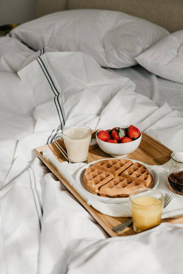 ide-sarapan-romantis-di-tempat-tidur