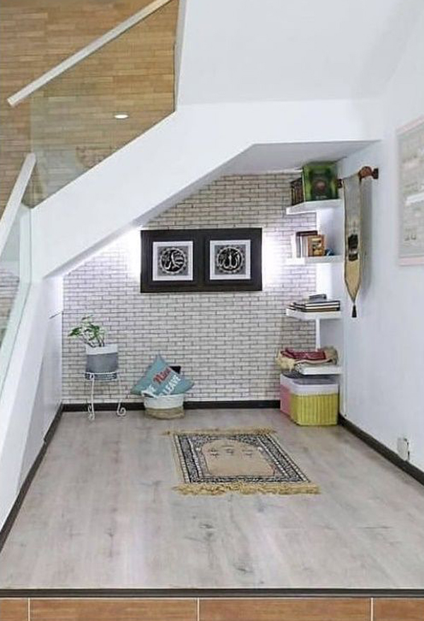 mushola-minimalis-di-bawah-tangga-rumah