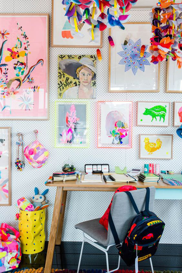 ruang belajar dengan karya seni dinding