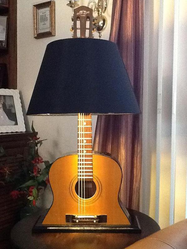 desain-lampu-meja-dari-gitar-tua
