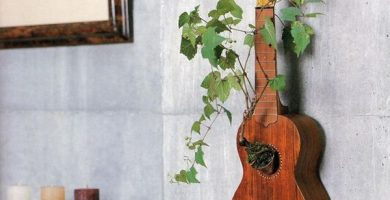 ide-pot-tanaman-dinding-dari-gitar-bekas