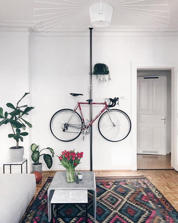 rak-sepeda-bergaya-moderen-di-ruang-tamu