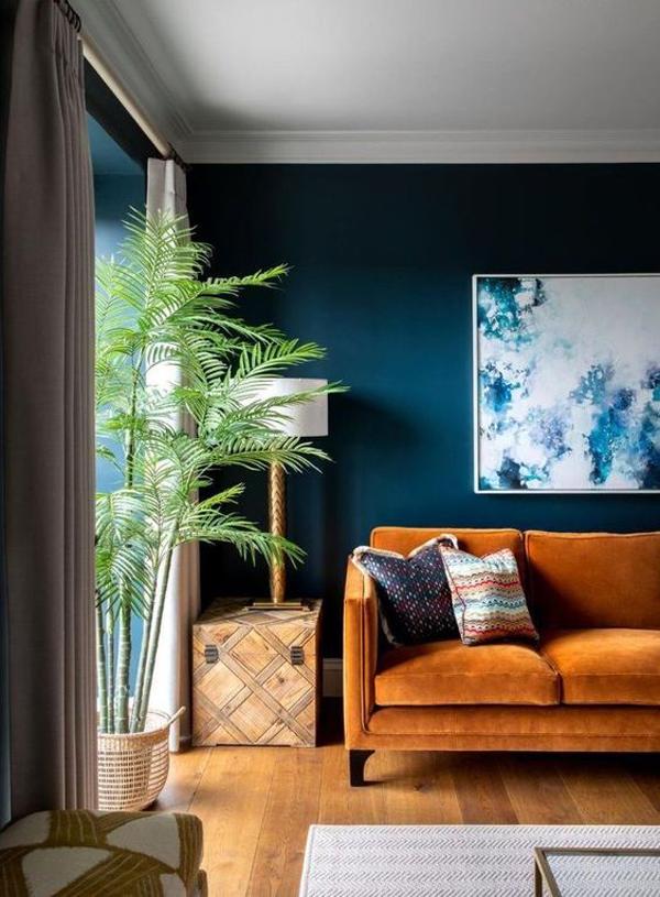 ruang-tamu-biru-terbuka-dengan-tanaman-dalam-ruangan