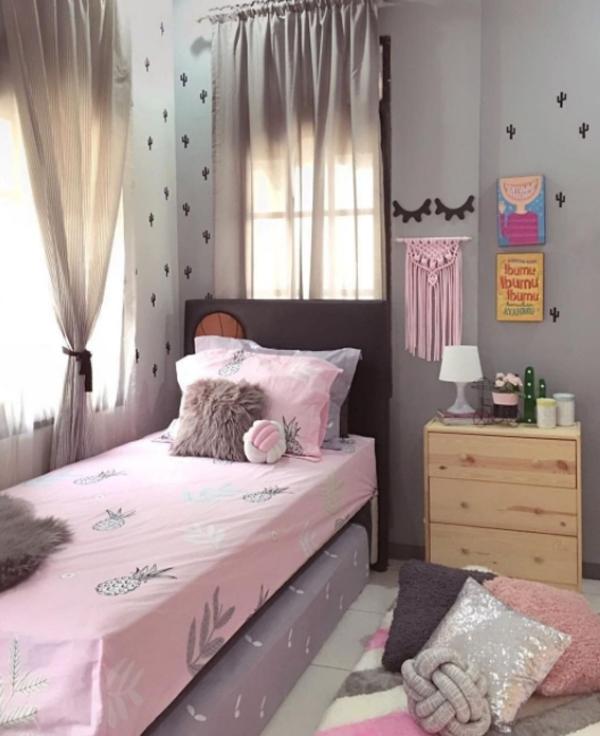 dekorasi-kos-cewek-dengan-warna-pink-dan-abu-abu