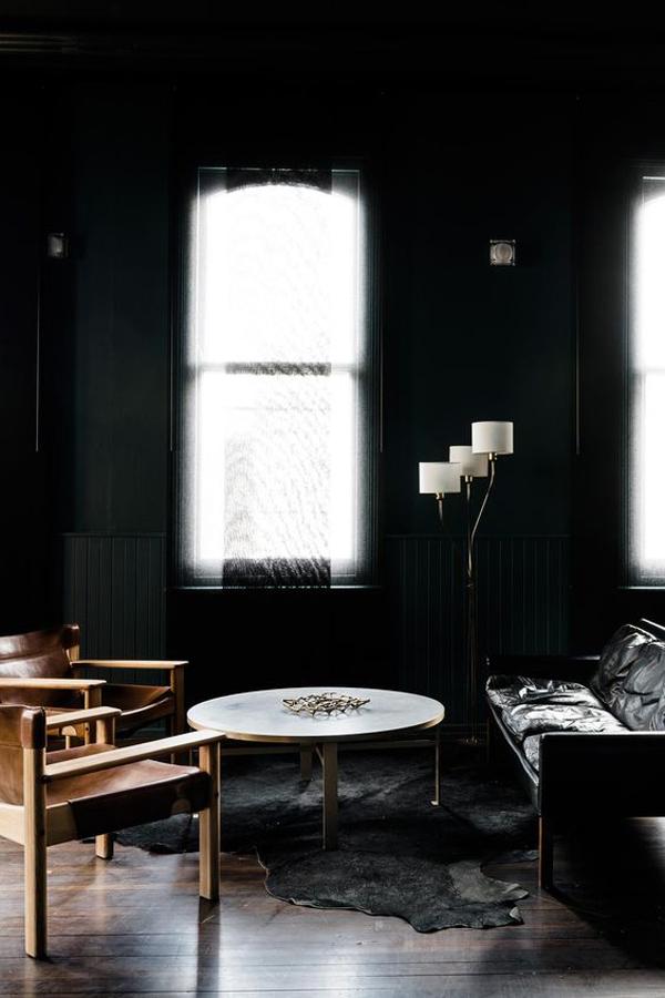 desain-ruang-tamu-maskulin-warna-hitam