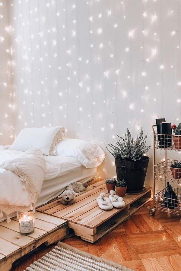 kamar-tidur-dengan-rantai-cahaya-yang-hangat