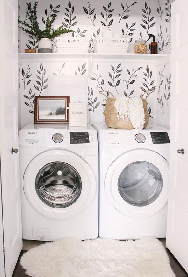 ruang-cuci-built-in-dengan-wallpaper-bernuansa-alami
