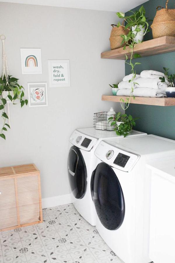 ruang-laundri-minimalis-dengan-rak-tanaman-dinding