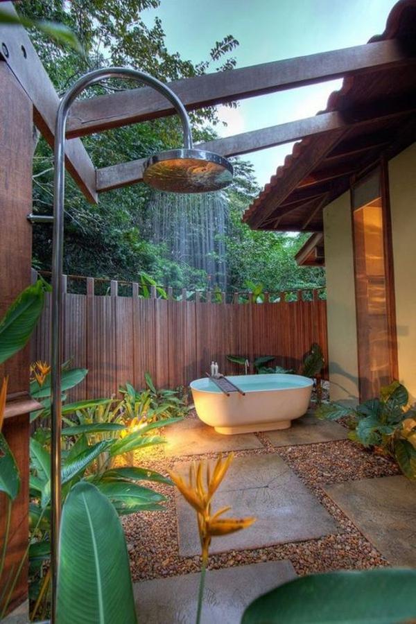bak-mandi-luar-ruangan-dengan-shower-yang-nyaman