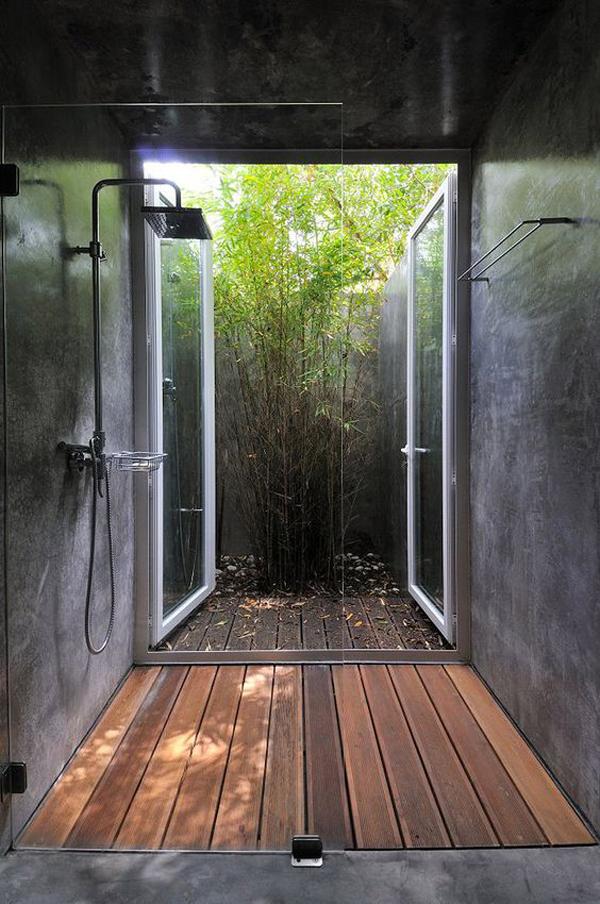 kamar-mandi-terbuka-dengan-lantai-kayu-dan-pancuran