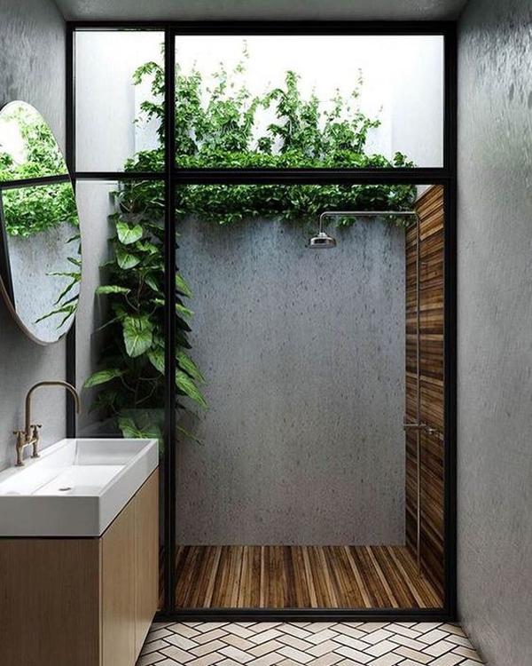 kamar-mandi-terbuka-dengan-pancuran-dan-lantai-kayu-alami