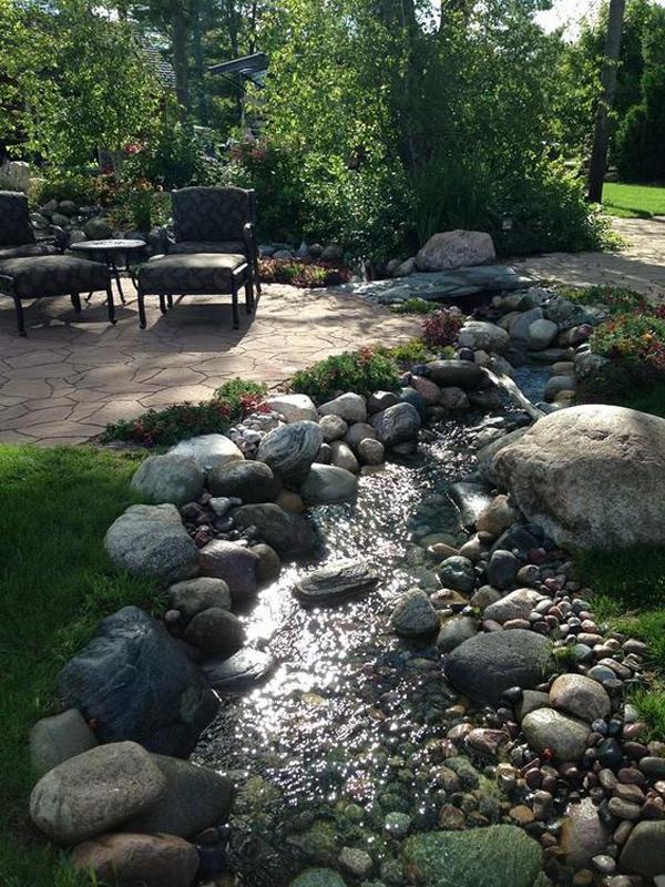 area-santai-halaman-belakang-dengan-sungai-kecil-buatan