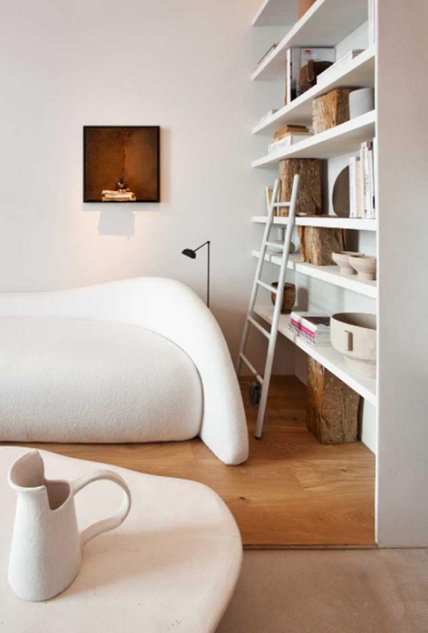 desain-ruang-tamu-wabi-sabi-dengan-sofa-unik