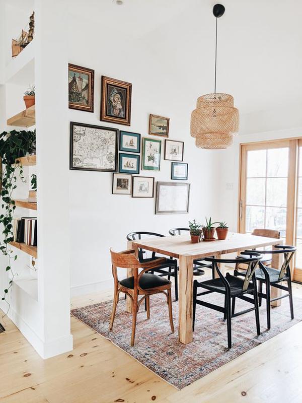 ide-ruang-makan-kayu-antik-dengan-galeri-dinding