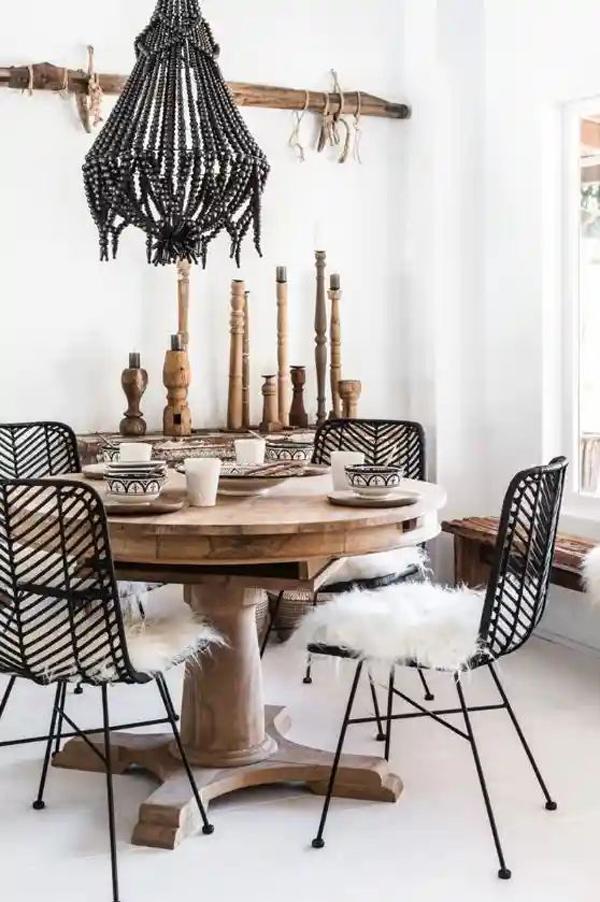 ruang-makan-bohemian-dengan-meja-kayu-bundar