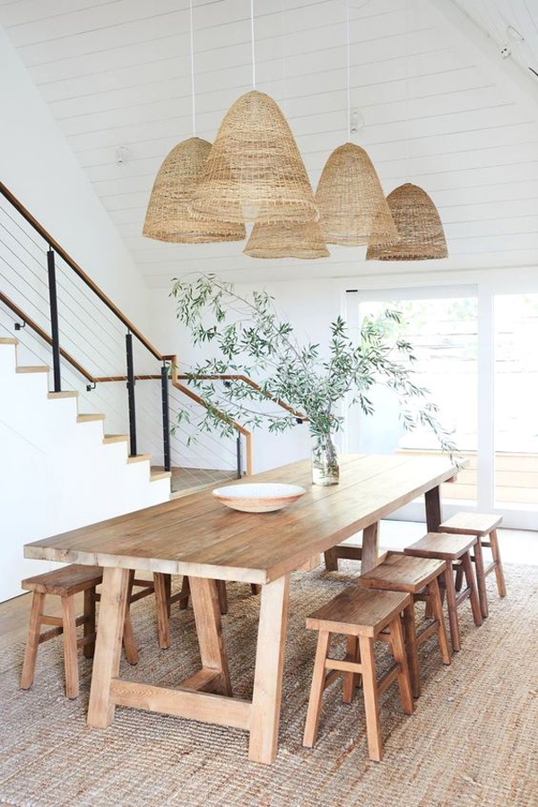 ruang-makan-kayu-estetik-di-bawah-tangga