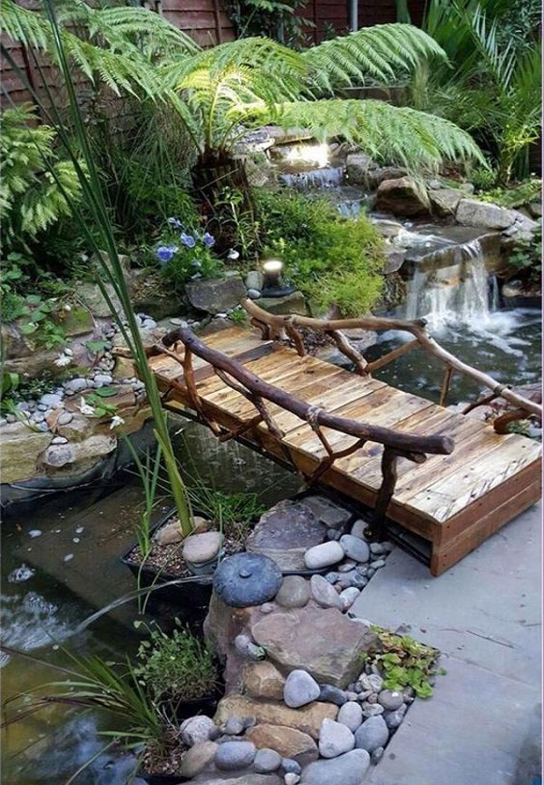 taman-halaman-belakang-dengan-sungai-dan-jembatan-kayu