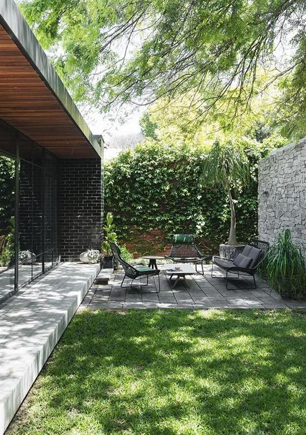 taman-halaman-belakang-nyaman-dengan-set-kursi-moderen