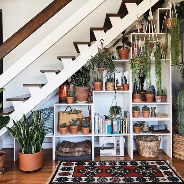 dekorasi-rak-tanaman-di-bawah-tangga
