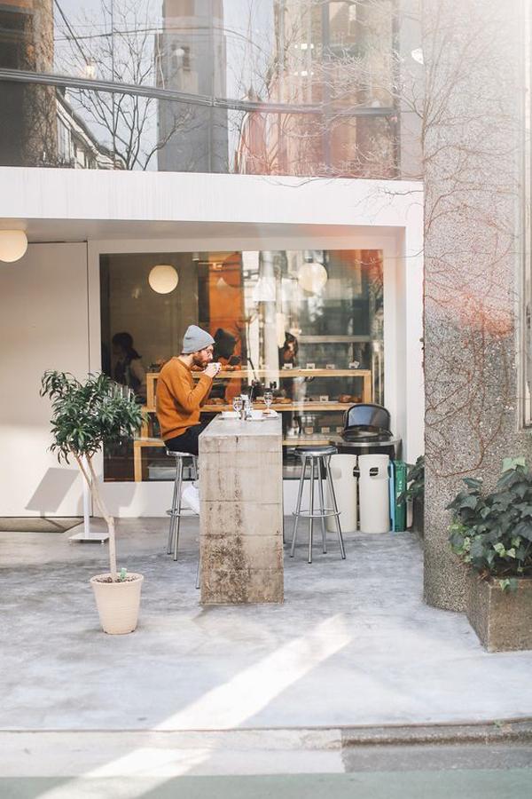 desain-warung-kopi-dengan-meja-bar-luar-ruangan