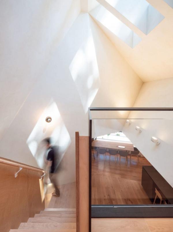 kabin-modern-dengan-tangga-ke-lantai-dua