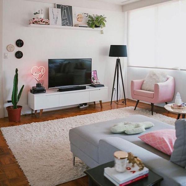 dekorasi-ruang-keluarga-bernuansa-pink-dan-area-menonton-tv