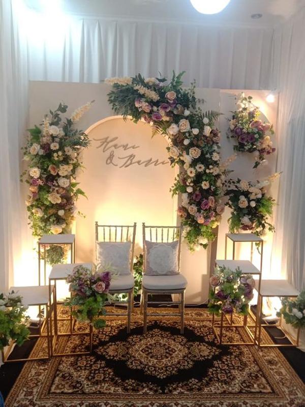 dekorasi-tunangan-simple-dengan-kursi-dan-pencahayaan
