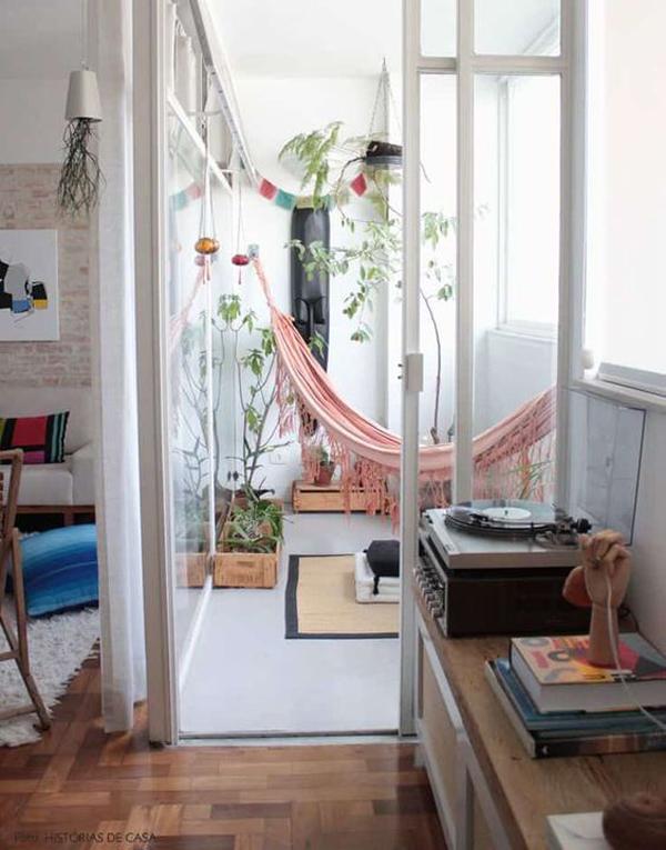 desain-balkon-santai-tertutup-dengan-tempat-tidur-gantung
