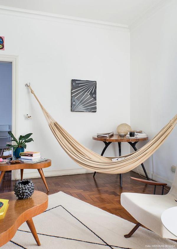 desain-ruang-tamu-mid-century-dengan-hammock