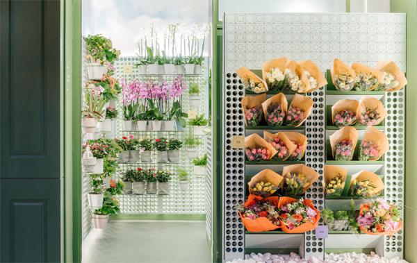 desain-toko-bunga-dengan-display-secara-vertikal