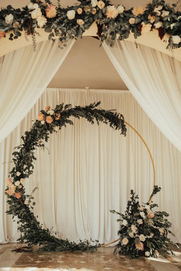 ide-dekorasi-tunangan-romantis-dengan-rangkaian-bunga-bulat