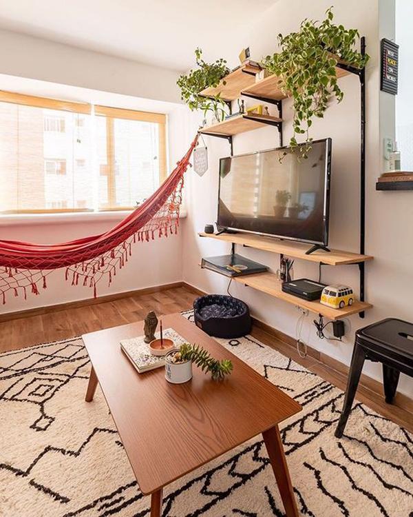 ide-ruang-santai-keluarga-dengan-rak-tv-dan-tempat-tidur-gantung