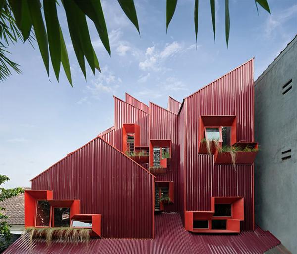 atap-rumah-merah-dengan-jendela-tanaman