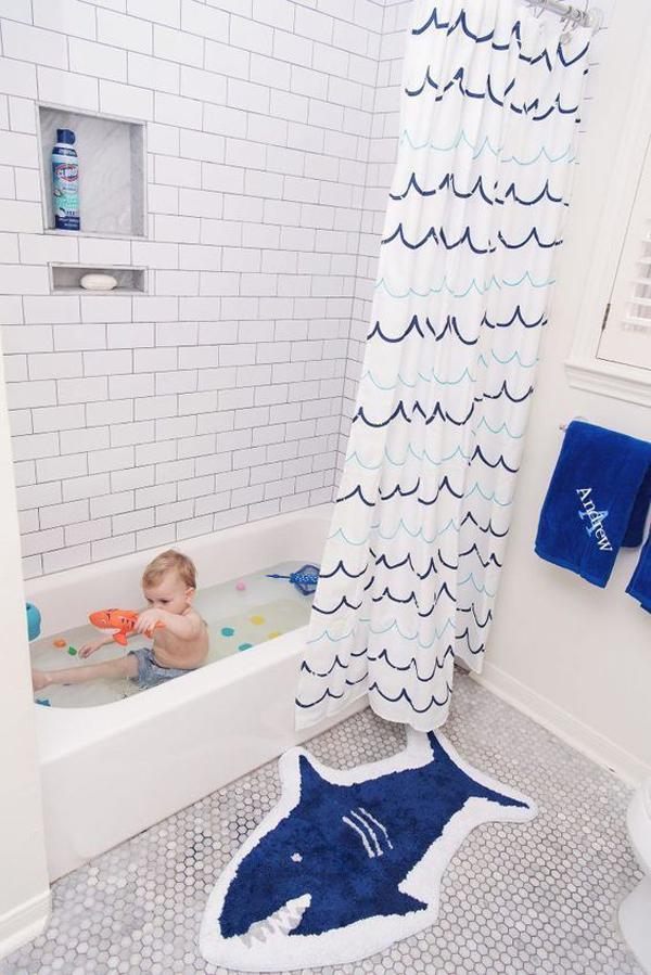 dekorasi-kamar-mandi-anak-dengan-keset-kamar-mandi-dan-tema-hiu