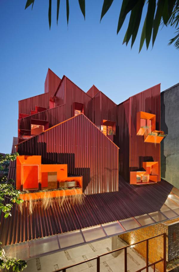 desain-atap-merah-dengan-jendela-oranye