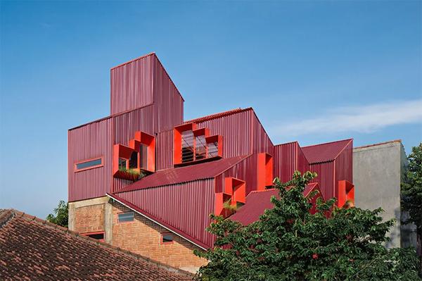 desain-atap-rumah-merah-di-tengah-pemukiman
