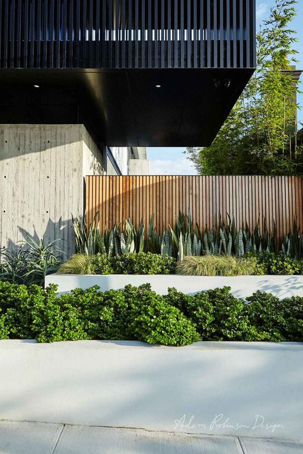 desain-pagar-kayu-dengan-lanskap-taman