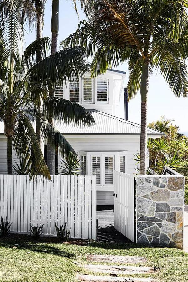 desain-pagar-rumah-putih-dengan-gaya-pantai