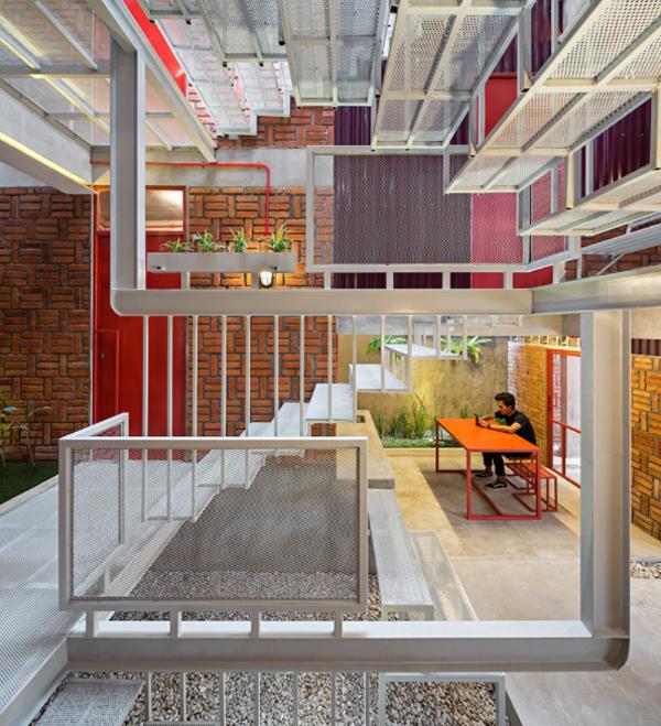 interior-rumah-merah-dengan-area-santai