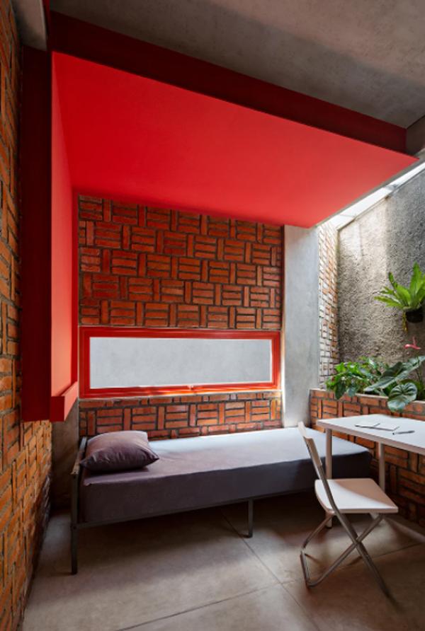 kamar-tidur-bernuansa-merah-dengan-dinding-bata