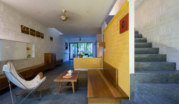 ruang-tamu-mungil-dengan-area-tangga