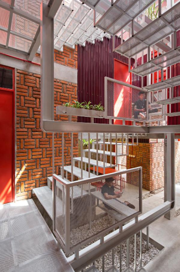 rumah-merah-dengan-desain-tangga-industrial