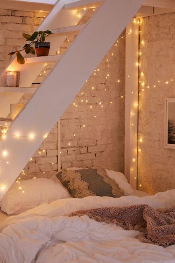 desain-kamar-tidur-di-bawah-tangga-dengan-string-light