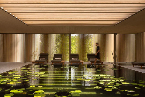 desain-kolam-ikan-di-dalam-hotel