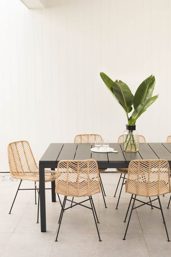 desain-meja-makan-alami-dengan-kursi-rotan