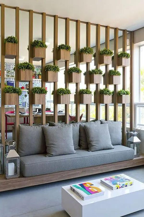 desain-sekat-ruangan-kayu-dengan-pot-tanaman